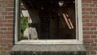 Panoramique à travers une fenêtre dans un bâtiment abandonné