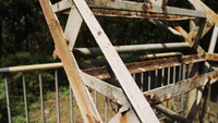 Seitenaufnahme der alten zerstörten rustikalen Treppe