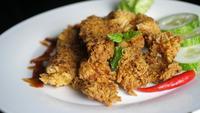 Kryddig stekt kyckling på en roterande plattform