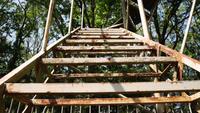 Eine zerstörte Metalltreppe hinaufsteigen