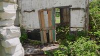 A porta dos fundos de uma casa abandonada