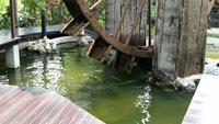 Irrigação com moinho de madeira