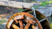 Funktionierender Wassermühlenbrunnen