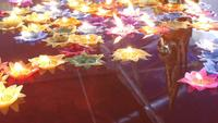 Drijvende kaars in Thaise tempel voor geluk
