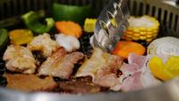 Primer plano de barbacoa de carbón con deliciosas carnes y verduras frescas