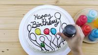 Décoration de gâteau d'anniversaire en utilisant l'igname
