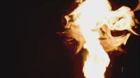 Roodgloeiende brand die zich op zwarte achtergrond beweegt