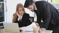 Professionele zakenmensen werken in een kantoor