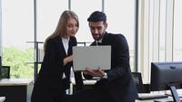 Hommes d'affaires discutant en milieu de travail