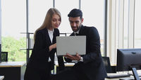Geschäftsleute diskutieren am Arbeitsplatz