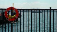 Bóias de vida e o mar