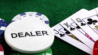 Gambling Dealer en de pokerkaarten op de groene tafel