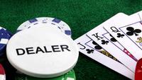 Glücksspielhändler und die Pokerkarten auf dem grünen Tisch