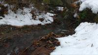 pequeno riacho nevado