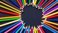 Crayons de couleur vue de dessus stop motion.