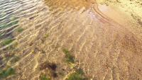 Sauberes Meer über dem Sand