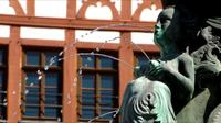 Vrouw fontein sculptuur