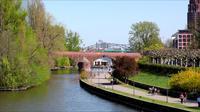 Belangrijkste rivier en brug en mensen in Frankfurt