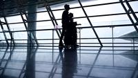 Toeristen lopen op de luchthaven