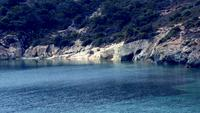 Baía bonita na ilha rochosa