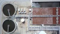 La vista aérea del Dron se mueve hacia arriba desde el tanque de sedimentación del clarificador. Vista aérea Planta de tratamiento de agua.
