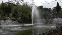 Fuentes y aspersores en el parque Yildiz