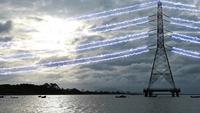 Elektrischer Hochspannungsmast gegen schönen Himmel in der Dämmerung.