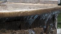Wasser aus dem Marmorboden gießen
