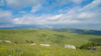 Panoramique sur le paysage de montagne avec des collines et des nuages