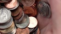 Pilha de moedas do Baht tailandês nas mãos, câmera lenta