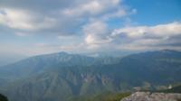 Nuages passant sur les pics montagneux