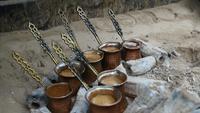 Cocinar café turco en la arena