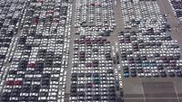 Depósito de carros novos, prontos para serem distribuídos