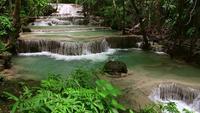 Majestuosa cascada en el bosque tropical de Tailandia