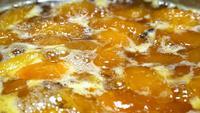 Abrikozenjam koken in de pan