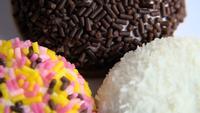Doces macios revestidos multicoloridos saborosos estão girando
