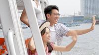 Turistpar som vinkar till andra människor under båttur