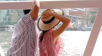Vista posterior de una pareja en un barco