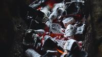 Charbon de bois brûlant sur le gril