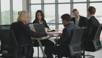 Équipe de bureau lors d'une réunion d'affaires
