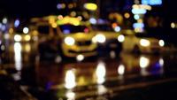 Fußgänger überqueren die Straße in einer regnerischen Nacht