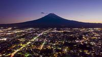 Zet Fuji op zonsondergang op Fujiyoshida-stad, Yamanashi, Japan op