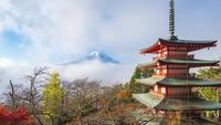 Mount Fuji mit Chureito-Pagode bei Sonnenaufgang in Fujiyoshida, Japan