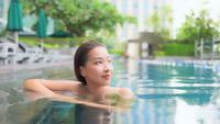 Jeune femme asiatique à l'intérieur de la piscine