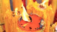 Eine große Kerze brennt
