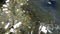Lixo plástico na água