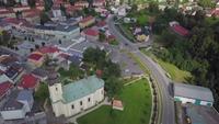 Luftaufnahme einer Kirche und eines Platzes in einer kleinen Stadt in 4K