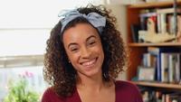 Mujer segura y feliz de raza mixta