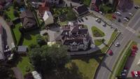 Drone kretsar runt en villa i 4K