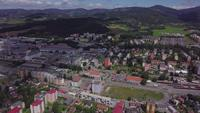 Vliegen over een kleine stad in 4K